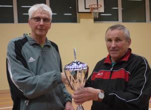 Heinrich Bellersen (rechts) übergibt den Wanderpokal an Horst Lotter